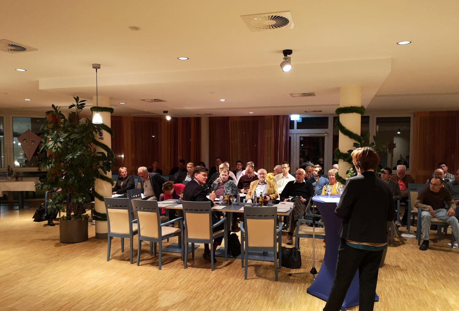 CDU Mitgliederversammlung. Mitglieder der CDU Mettmann verfolgen die Ausführungen der Vorsitzenden Gabriele Hruschka.